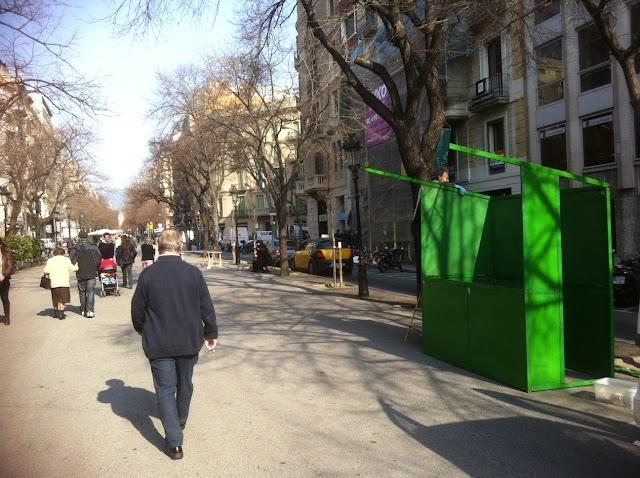 #BCN / Ja estan muntant la fira del ram a Rbla Catalunya, que dijous coincidirà amb la #vaga