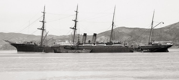 El TAINUI fondeado. Colección Alexander Turnbull Library Collection. NZ. Don Ross Collection. Shipspotting.com.jpg
