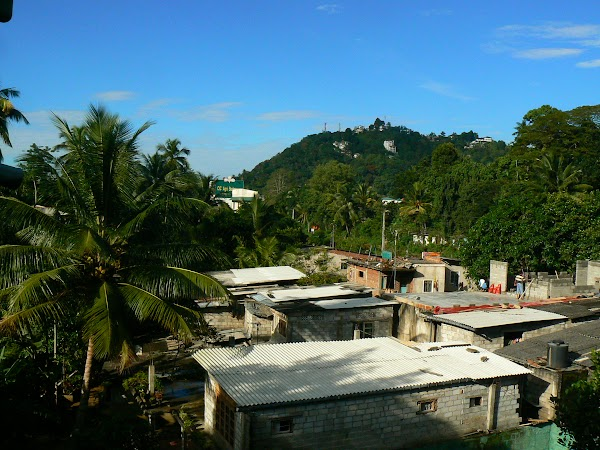 Cazare Sri Lanka: Palm Garden Guesthouse Kandy view de pe roof.JPG