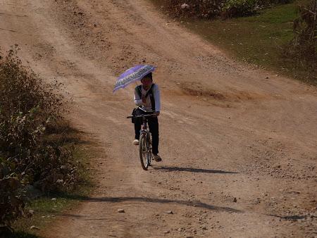 Imagini Laos: cu umbrela pe bicicleta