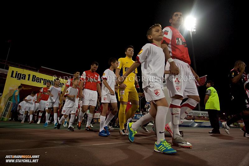 Echipele Dinamo si Rapid ies de la vestiare inaintea startului meciului dintre Dinamo Bucuresti si Rapid bucuresti, din cadrul etapei a VII-a a ligii 1 de fotbal, duminica, 18 septembrie pe stadionul Dinamo din Bucuresti.