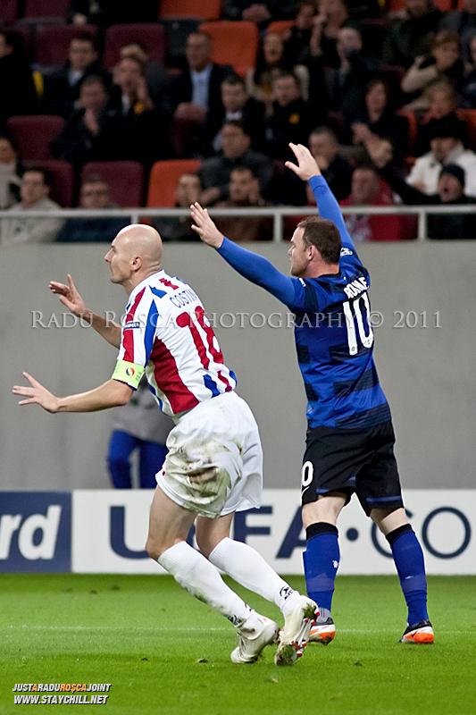 Wayne Rooney (10) si Gabriel Giurgiu (18) reactioneaza la decizia centralului Felix Brych de a acorda lovitura de la 11 metri pentru britanici, in timpul meciului dintre FC Otelul Galati si Manchester United din cadrul UEFA Champions League disputat marti, 18 octombrie 2011 pe Arena Nationala din Bucuresti.