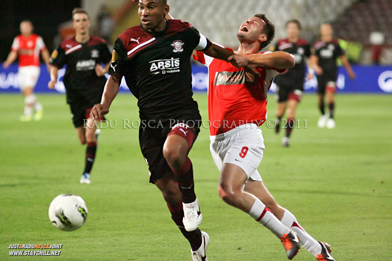 Marius Niculae de la Dinamo si Antonio Marcos de la Rapid  se lupta pentru balon in timpul meciului dintre Dinamo Bucuresti si Rapid bucuresti, din cadrul etapei a VII-a a ligii 1 de fotbal, duminica, 18 septembrie pe stadionul Dinamo din Bucuresti.