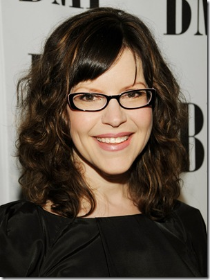 Lisa Loeb Wearing Makeup With Glasses