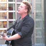 Katumuusikko elokuun helleiltana Ateneuminkujalla. Street musician Elias behind art museum Ateneum. 27.8.2011