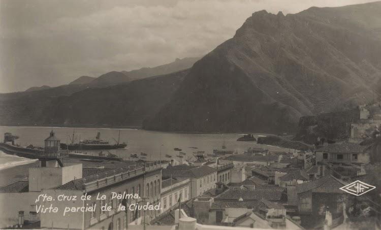 Impresionante foto del puerto de Santa Cruz de la Palma con un correo grande atracado. Archivo FEDAC.jpg