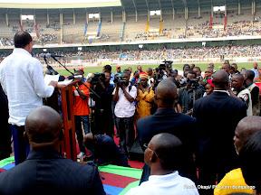 De gauche à droite (chemise blanche), Léon Kengo Wa Dondo  prononçant son allocution ce 24/07/2011 au stade des martyrs à Kinshasa, lors de la sortie officielle de son parti politique UFC. Radio Okapi/ Ph. John Bompengo.