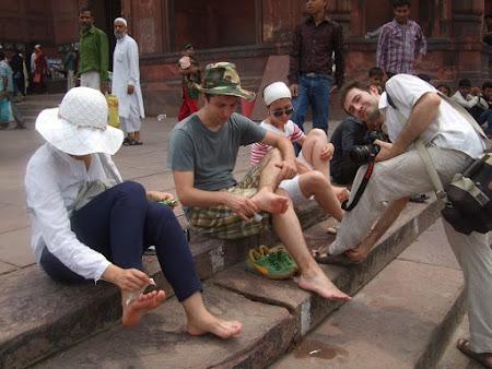 Imagini Delhi: Incaltat - descaltat si incaltat descaltat din nou