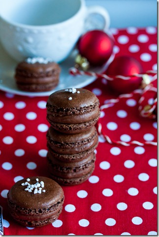 chocolate macarons with caramel filling (1 von 1)