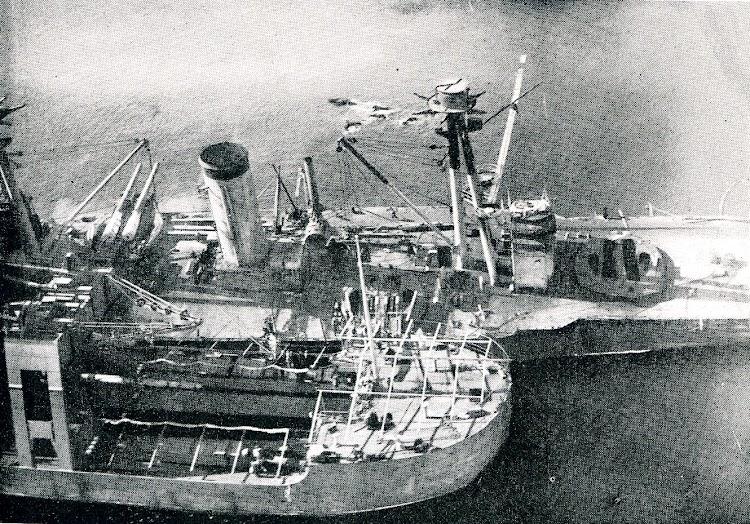 El buque de salvamento KANGURO al costado del ESPAÑA. Véase en el interior de este un cañón de 12?. Foto de la REVISTA GENERAL DE MARINA. Noviembre de 1924.JPG