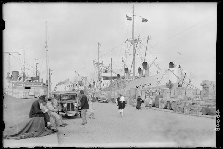 El vapor BAJAMAR a la carga en Tenerife. Primera mitad de los años 30. FOTOTECA DEL PATRIMONIO HISTORICO.jpg