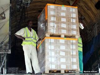 Des agents déchargent des kits électoraux à l'aéroport de N'djili (Kinshasa), le 16/09/2011. MONUSCO/ Ph.  Myriam Asmani