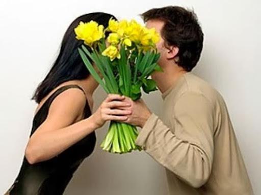 Что подарить на 8 Марта жене, а что любовнице