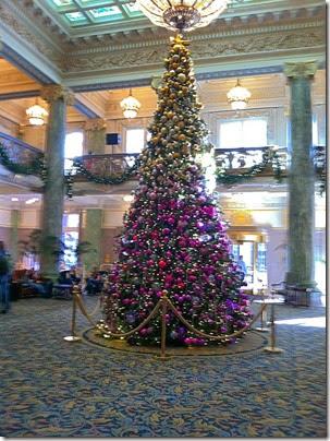 圣诞树的下半部分用紫色装饰品和上半场装饰,黄金。