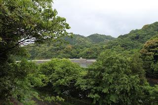左岸の法面からダム湖を望む