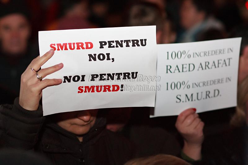 Un protestatar afișează un mesaj de solidaritate la mitingul spontan de susținere a fostului subsecretar de stat în Ministerul Sănătății și a serviciului de urgență SMURD, desfășurat în municipiul Tîrgu Mureș, joi 12 ianuarie 2012.
