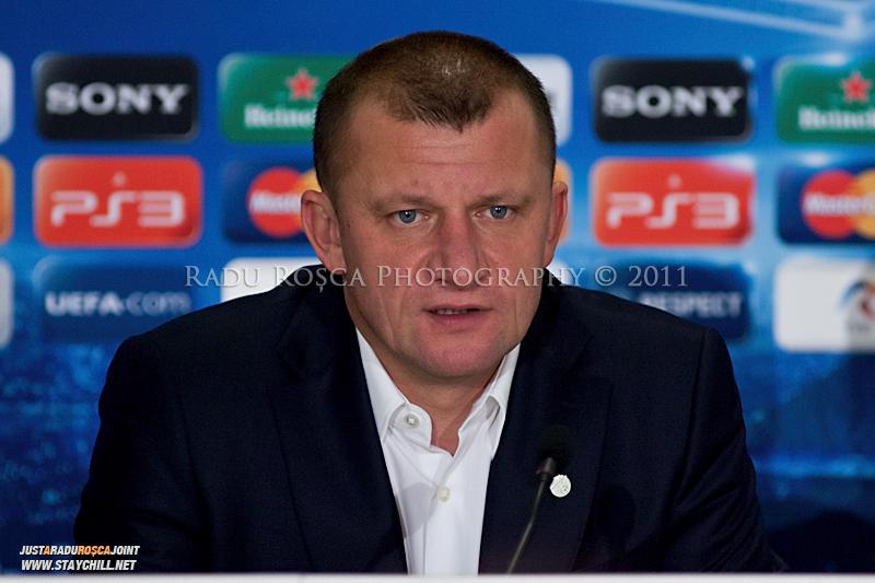 Dorinel Munteanu acorda un interviu la conferinta de presa desfasurata la finele meciului dintre FC Otelul Galati si Manchester United din cadrul UEFA Champions League disputat marti, 18 octombrie 2011 pe Arena Nationala din Bucuresti.