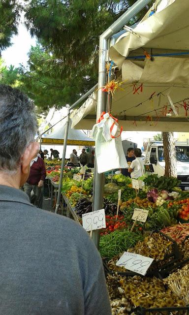 Il mercato: allegria, colori e gusto.