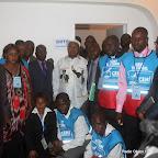 Au centre, Etienne Tshisekedi, président de l'UDPS, pose avec quelques opposants et  personnels de la Ceni après le dépôt de sa candidature pour la présidentielle 2011, le 5/09/2011 au bureau de réception, traitement des candidatures et accréditation des témoins et observateurs de la Ceni à  Kinshasa. Radio Okapi/ Ph. John Bompengo