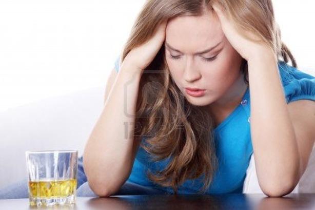 9035778-yound-hermosa-mujer-en-depresion-consumo-de-alcohol