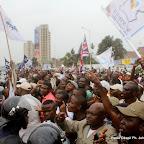 A gauche, la police encadre les partisans de l'UDPS le 5/9/2011 à Kinshasa, lors du dépôt de la candidature d'Etienne Tshisekedi pour la présidentielle 2011, le 5/09/2011 au bureau de réception, traitement des candidatures et accréditation des témoins et observateurs de la Ceni à  Kinshasa. Radio Okapi/ Ph. John Bompengo