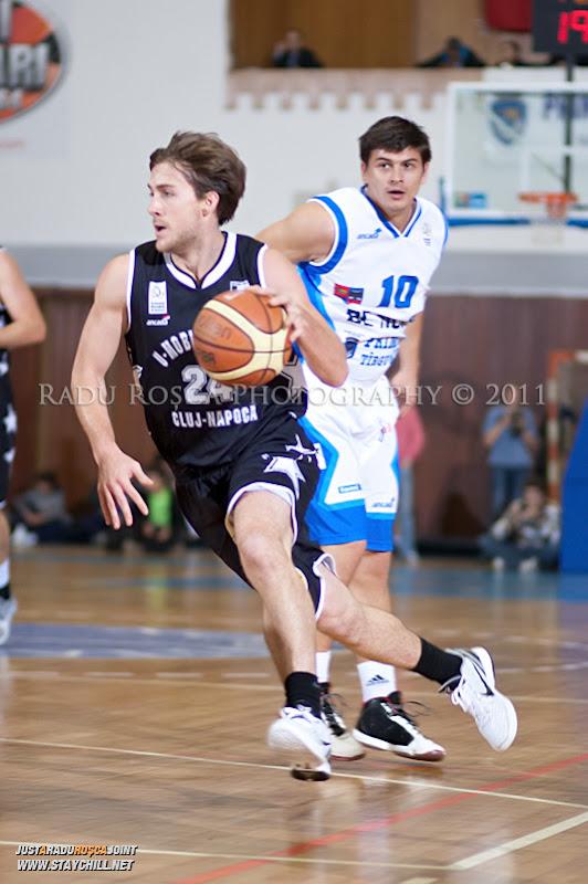 Tyler Morris incearca sa treaca de Adrian Tudor in timpul  partidei dintre BC Mures Tirgu Mures si U Mobitelco Cluj-Napoca din cadrul etapei a sasea la baschet masculin, disputat in data de 3 noiembrie 2011 in Sala Sporturilor din Tirgu Mures.