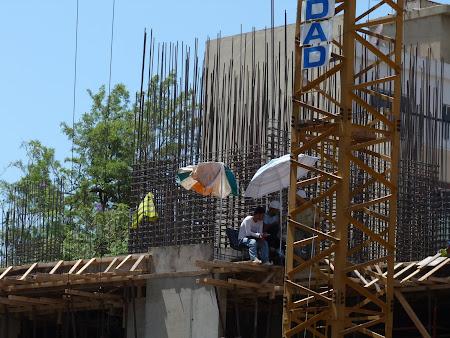 8. Imagini Liban - reconstructia sub umbrela in Beirut.JPG