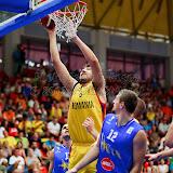 Ionut Dragusin incearca sa inscrie doua puncte in meciul tur pentru calificarea la Eurobasket Slovenia 2013 dintre Romania si Bosnia si Hertegovina disputat in Sala Transilvania din Sibiu vineri, 24 august 2012.