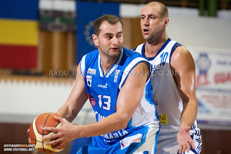 Flavius Lapuste (albastru) este aparat de Catalin Burlacu, in meciul dintre CSU Asesoft Ploiesti si BC Mures Tirgu Mures din cadrul turneului amical Mures Cup, disputat joi, 8 septembrie 2011 in Sala Sporturilor din Tirgu Mures