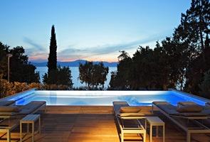 Piscina de borde infinito con vista al mar adriatico