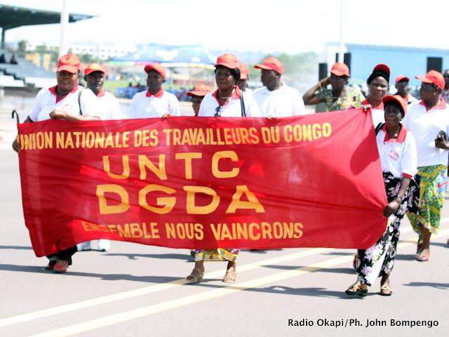 Des membres de l'UNTC défilent ce 01/04/2011 à Kinshasa devant la tribune des officiels, lors de la célébration de la journée internationale de travail. Radio Okapi/Ph. John Bompengo