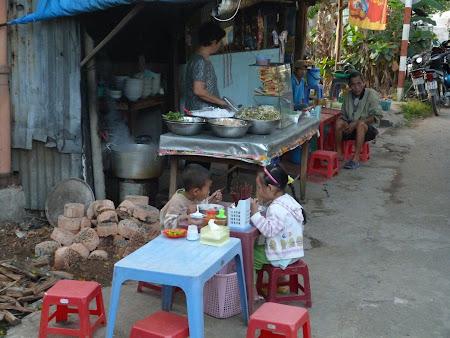Imagini Delta Mekongului: doi copilasi cuminti