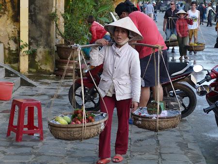 Imagini Vietnam: vietnameza vinde fructe