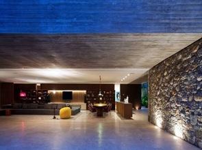casa con muros de hormigon visto
