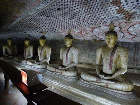Temple Sri Lanka: statui Buda in pestera
