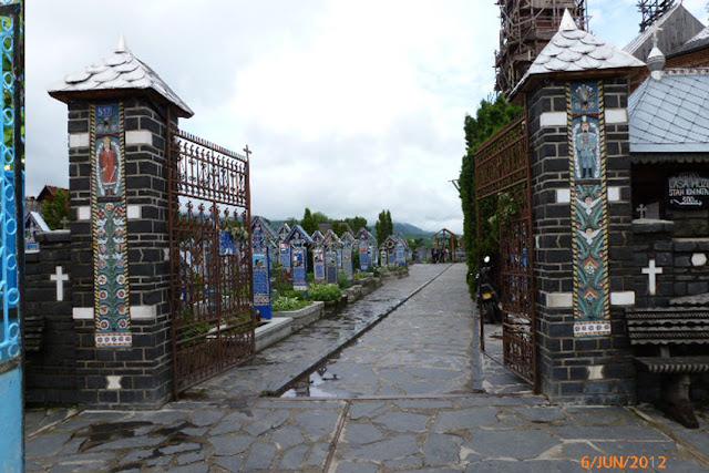 בית הקברות העליז עם המצבות המגולפות.jpg