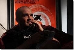 Morte Cega - cartaz do filme. Descrição: homem falando ao telefone