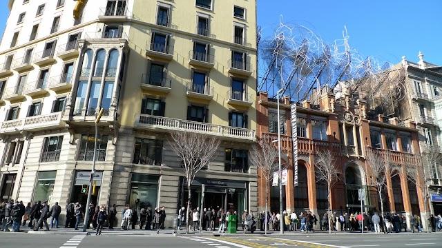 Llarga cua a la @FundacióTàpies per dir adéu a l'artista, català universal