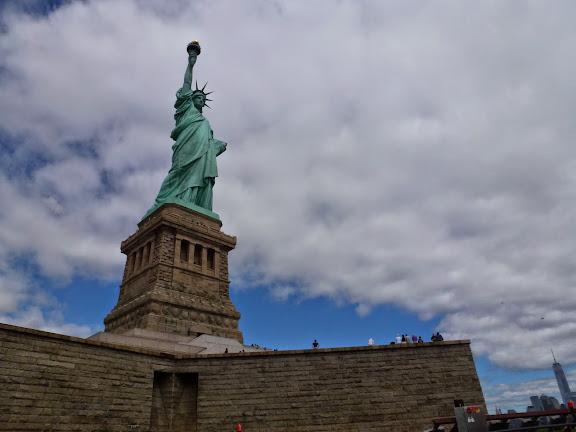 自由の女神、背後にNYCITY