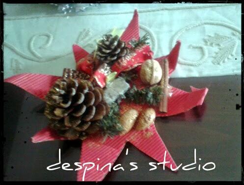 Χριστουγεννιάτικος στολισμός με κουκουνάρια και κεριά