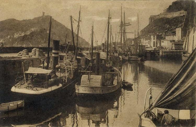 El CEFERINA en Donosti, abarloado a otro pequeño costero. Foto de la web Gure Guipuzcoa.jpg