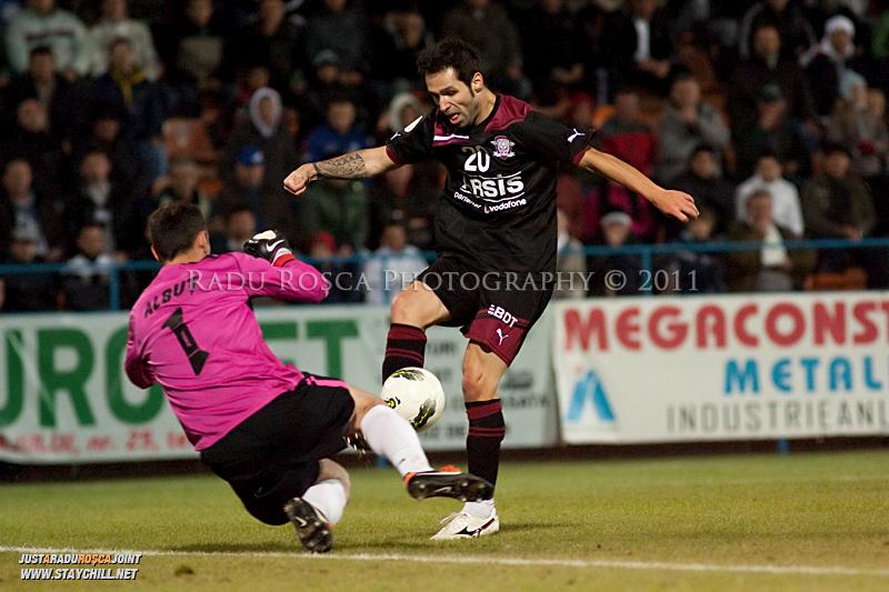 Stefan Grigorie de la Rapid incearca sa treaca de Calin Albut de la FCM in timpul meciului dintre FCM Tirgu Mures si FC Rapid Bucuresti din cadrul etapei a XIII-a a Ligii Profesioniste de Fotbal, disputat luni, 7 noiembrie 2011, pe stadionul Transil din Tirgu Mures.