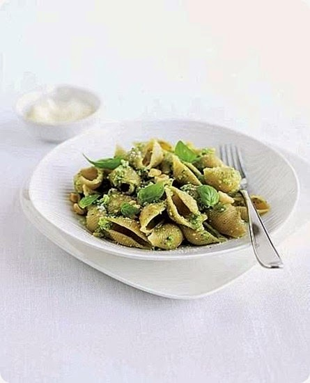 Conchiglie con pesto di broccoletti e basilico