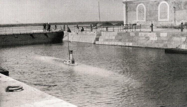 Año 1889. Primeras pruebas de inmersion. Foto y texto del libro Los Submarinos Españoles..jpg