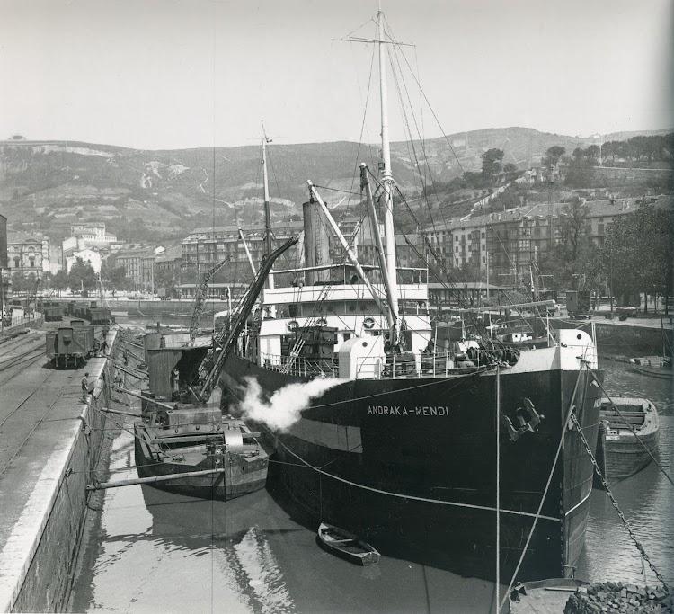 Vapor ANDRAKA-MENDI en Bilbao. Foto del libro CIENTO CINCUENTA ANIVERSARIO. 1861-2011. Puerto Autonomo de Bilbao.jpg