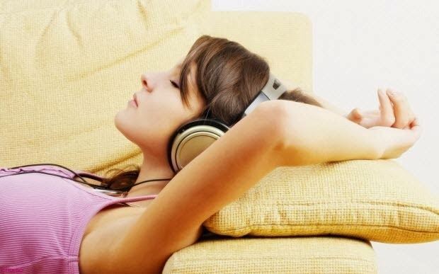 sleeping-with-headphones