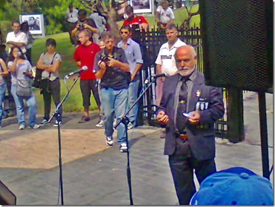 1982-2 de abril-2012- Mayor Vizoso Posse- Discurso frente al Cenotafio