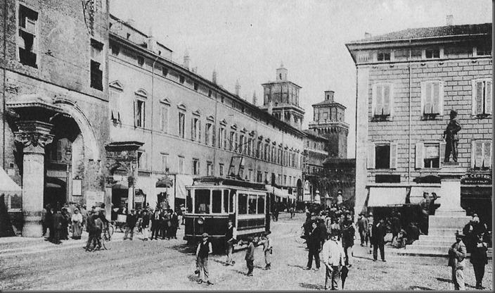 Piazza_cattedrale_monumento_Vittorio_Emanuele_II_Ferrara_inizio_1900 - By Wikipedia
