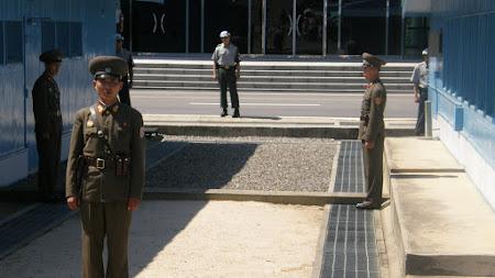 Soldati nord coreeni si sud coreeni la DMZ - Panmunjon