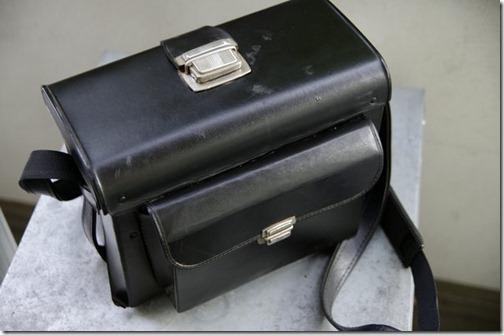 Altmodische Fototasche aus schwarzem Kunstleder